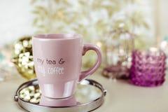 Чашка горячего напитка с кофе на таблице с украшениями biege и золота стоковое изображение rf