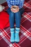 Чашка горячего питья в ваших руках носки греют Концепция счастливое Chri Стоковая Фотография RF