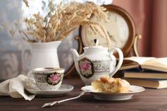 Чашка горячего чая, бака чая и части яблочного пирога на таблице Стоковые Фотографии RF