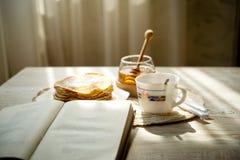 Чашка горячего чая с блинчиками меда Стоковая Фотография RF