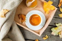 Чашка горячего чая с лимоном и имбирем на деревенской таблице Стоковые Фотографии RF
