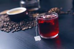 Чашка горячего чая с пакетиком чая На естественной, темной предпосылке Чашка от ясного стекла стоковые фотографии rf