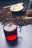 Чашка горячего чая с пакетиком чая На естественной, темной предпосылке Чашка от ясного стекла стоковые фото