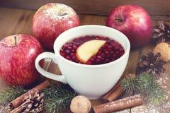 Чашка горячего чая с предпосылкой Cinnamone концепции еды рождества яблока и напитка зимы рождества ягод деревянной вставляет ябл Стоковое фото RF