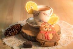 Чашка горячего чая с пряником в форме сердца Стоковые Фото