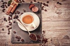 Чашка горячего черного кофе в установке с зажаренными в духовке кофейными зернами Стоковая Фотография RF