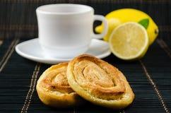 Чашка горячего черного чая, лимона, домодельных печений Стоковая Фотография