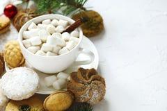 Чашка горячего шоколада и сортированных печений: печенья linzer, shortbread, оранжевые печенья миндалины Стоковое Фото