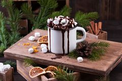Чашка горячего шоколада с зефирами на деревянном столе Стоковые Фотографии RF