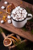Чашка горячего шоколада с зефирами на деревянном столе Стоковое Изображение RF