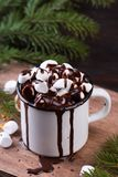 Чашка горячего шоколада с зефирами на деревянном столе Стоковая Фотография