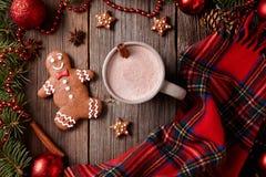 Чашка горячего шоколада или какао с человеком пряника Стоковое Изображение