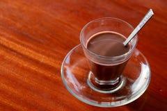 Чашка горячего шоколада на красном деревянном столе Стоковые Изображения RF