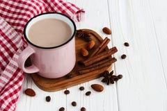 Чашка горячего шоколада с кофейными зернами, миндалины, циннамона Стоковое фото RF