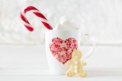 Чашка горячего шоколада с печеньем пряника Стоковые Фото