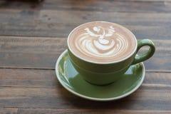 Чашка горячего latte кофе с красивым стилем на деревянной таблице Стоковые Фото