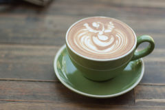 Чашка горячего latte кофе с красивым стилем на деревянной таблице Стоковые Изображения