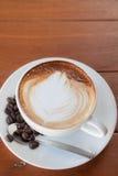 Чашка горячего latte caffe с зерном кофе Стоковые Фотографии RF