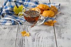 Чашка горячих листьев чая и осени Стоковые Изображения