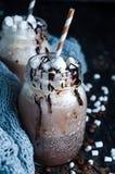 Чашка горячих какао или кофе для рождества с взбитой сливк, побритый шоколад, Стоковая Фотография