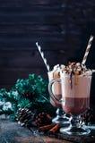 Чашка горячих какао или кофе для рождества с взбитой сливк Стоковые Изображения RF