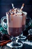 Чашка горячих какао или кофе для рождества с взбитой сливк Стоковые Фотографии RF