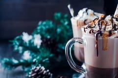 Чашка горячих какао или кофе для рождества с взбитой сливк Стоковые Изображения