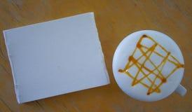 Чашка горячих кофе и бумаги акварели положила дальше таблицу Стоковые Фото