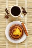 Чашка горячих кофе и пирожного Стоковое Изображение RF