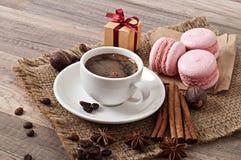 Чашка горячих кофе и macaroons Стоковая Фотография