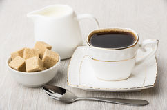 Чашка горячих кофе, молока кувшина и шара с сахаром Стоковая Фотография