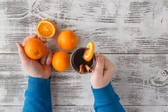 Чашка горячих обдумыванных вина и апельсинов на деревянной плате Стоковое Изображение RF