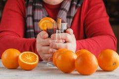Чашка горячих обдумыванных вина и апельсинов на деревянной плате Стоковое Фото