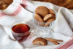Чашка горячих печений чая и овсяной каши с циннамоном Стоковое Фото