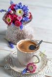Чашка горячих цветков кофе и весны Стоковое Изображение RF