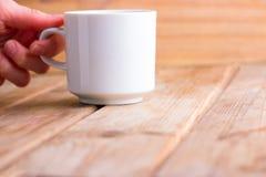 Чашка горячих чая или кофе в руках Стоковое Фото