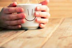 Чашка горячих чая или кофе в руках Стоковые Фото