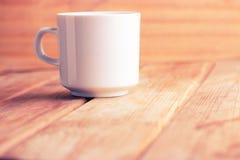 Чашка горячих чая или кофе в руках Стоковая Фотография RF