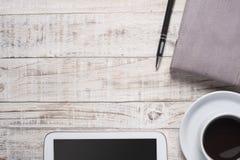 Чашка горячих черного кофе и дневника, smartphone на деревянной таблице Стоковая Фотография RF