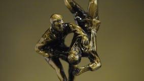 Чашка для победы в чемпионате дзюдо Чашка для спортивного достижения Трофей представляет 2 люд в sparring стоковые фото