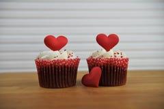 Чашка дня валентинок романтичная испечет в вкусе клубники и сливк с красными украшениями сердца влюбленности на верхней части Стоковое Изображение