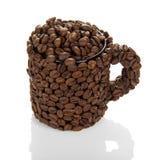 Чашка заполнила при кофейные зерна изолированные на белой предпосылке Стоковая Фотография RF