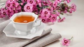 Чашка зеленого чая на белой таблице Стоковое фото RF