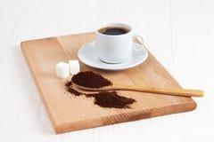 Чашка земного кофе в ложке на таблице стоковые фотографии rf