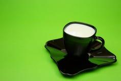 Чашка зеленого цвета изолированного молоком Стоковые Фото