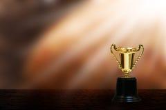 Чашка золота на таблице Стоковые Изображения RF