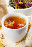 чашка излечивая здоровый чай пестика ступки трав Стоковое фото RF