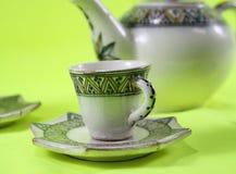 Чашка изолированная на зеленой предпосылке - изображении стоковая фотография