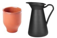 Чашка изолированной и домодельной коричневой глины черного кувшина пустая на белизне Стоковые Изображения RF