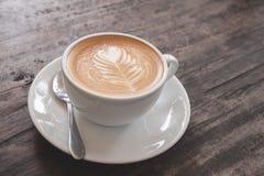 Чашка искусства latte сердца Стоковое фото RF